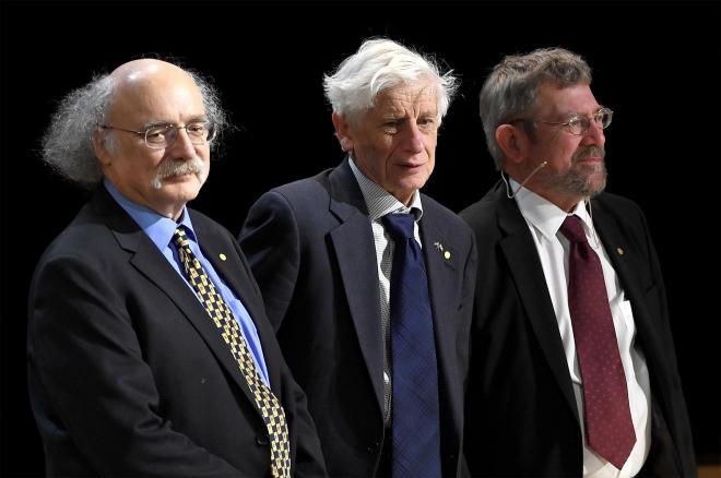 পদার্থের আন্দোলিত অবস্থার দিশা দেওয়ার অবদানস্বরূপ ২০১৬ সালে পদার্থবিজ্ঞানে নোবেল পুরস্কার