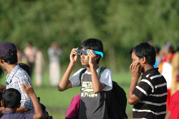 ঢাকার দনিয়ায় আরজ আলী মাবব্বর পাঠাগার-এ আয়োজিত ক্যাম্প থেকে সূর্যগ্রহণ পর্যবেক্ষণ